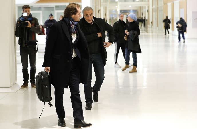Tariq Ramadan et son avocat, à leur arrivée au Palais de justice de Paris, le 13 février.