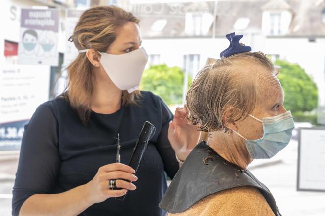 «Le dispositif vise à rembourser jusqu'à 50 % (hors taxes) de l'investissement dans du matériel de protection. Cette aide concerne les équipements destinés à faire respecter les distances et à protéger les postes de travail» (Salon de coiffure, le 11 mai, à Saint-Rémy-les-Chevreuses).