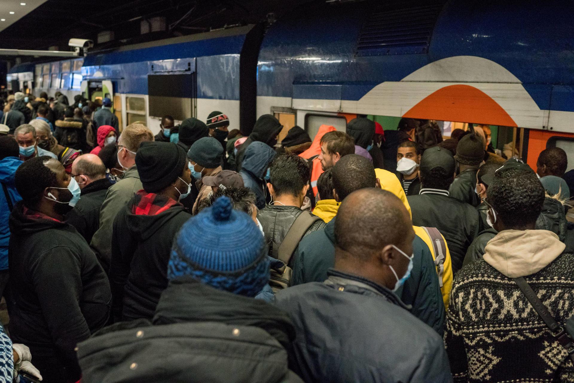 Une foule d'usagers se pressent pour essayer de monter dans le RER D (déjà plein a son arrivée en Gare du Nord) en direction de Corbeil-Essonnes, le 11 mai.
