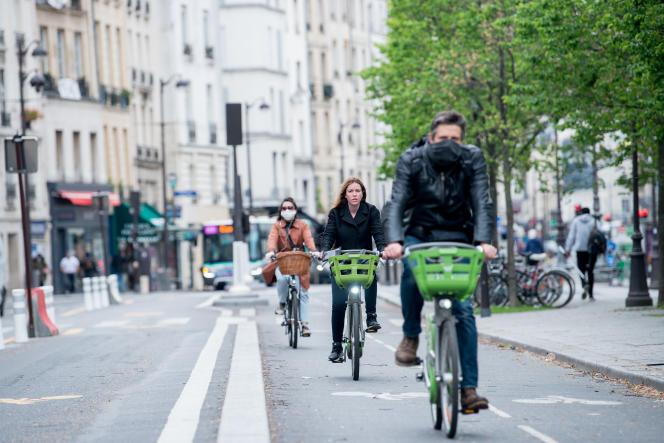 Cyclistes à Paris, le 11 mai 2020.