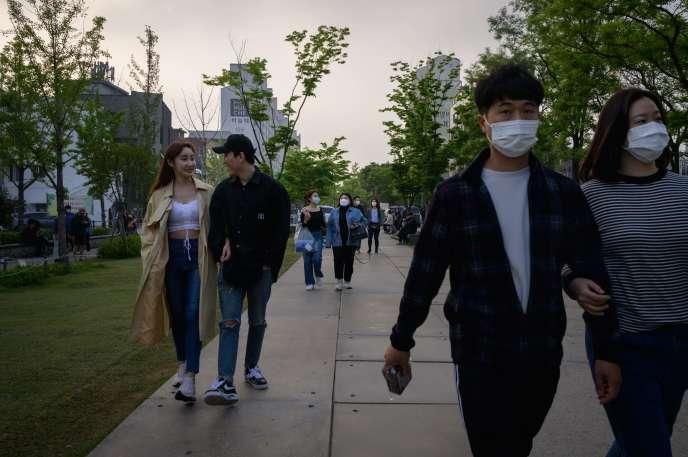 Des promeneurs, le 10 mai à Séoul.