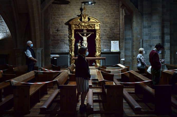 Des fidèles à l'église Saint-Nicolas de Pampelune, le 11 mai.