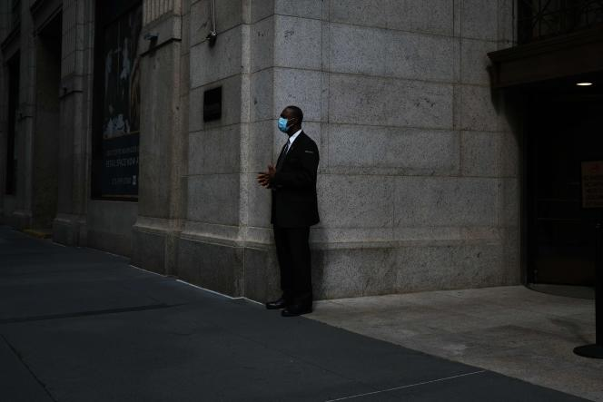 Un homme prend sa pause dans le quartier financier deNew York, le 11 mai.