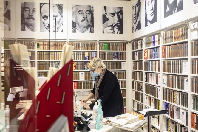 Anne Ghisoli, qui dirige la librairie Gallimard, boulevard Raspail, à Paris, se prépare à rouvrir, lundi 11 mai.