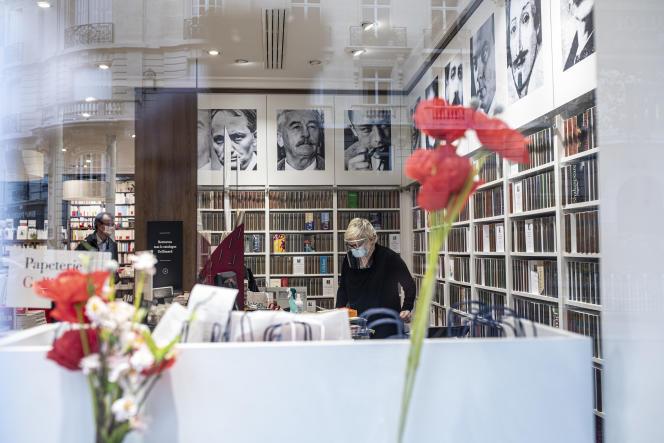 Avant la réouverture de la librairie Gallimard, boulevard Raspail à Paris, le 11 mai.