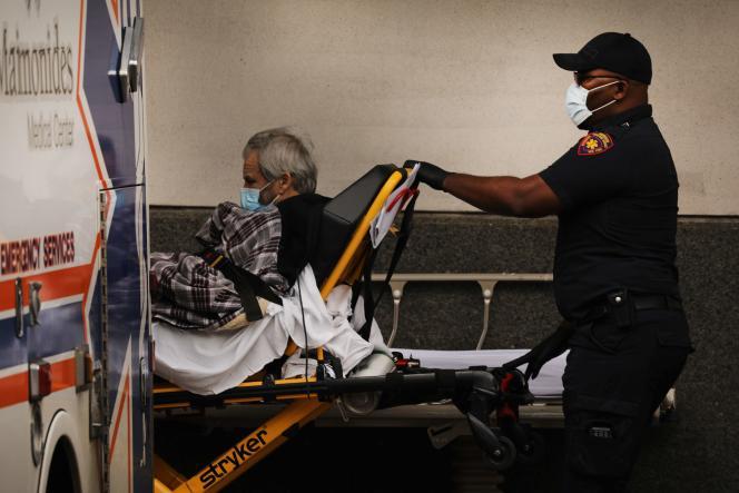 Des patients sont accueillis dans un centre médical deNew York, le 11 mai.
