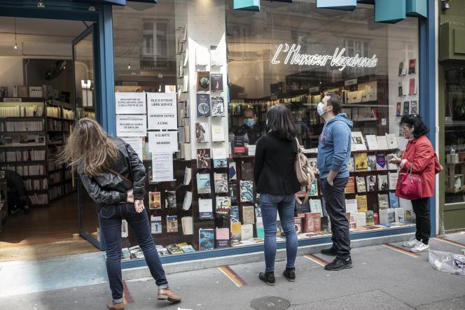 Devant la librairie L'Humeur vagabonde (Paris 18e), lors de la réouverture, le 11 mai.