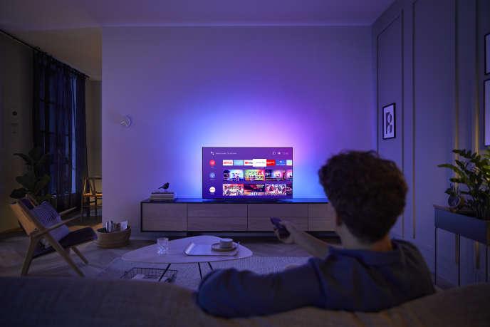 En raison de la pandémie, la télévision a fait son retour chez elle: les Français ont passé plus de 4,40 heures par jour devant leurs stations en avril.