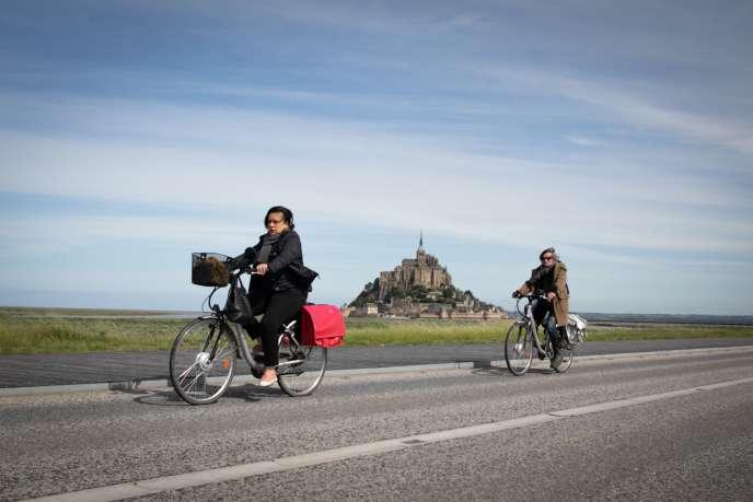 Deux cyclistes aux abords du Mont-Saint-Michel (Manche), le 12 mai.