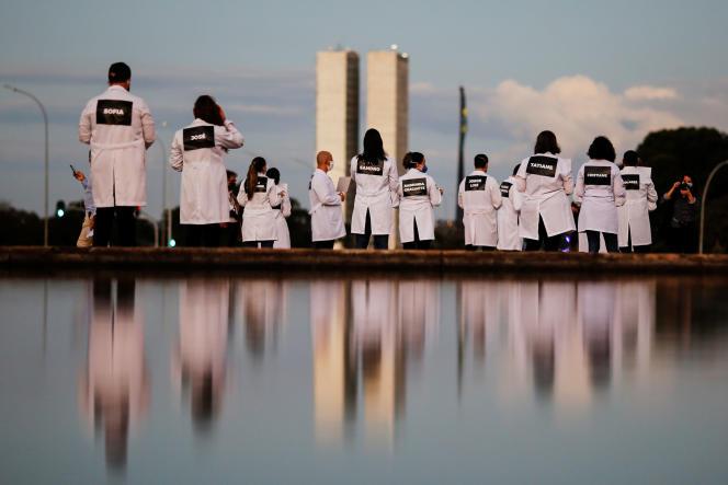 Des médecins manifestent avec les noms de leurs collègues morts du Covid-19, le 12 mai à Brasilia.