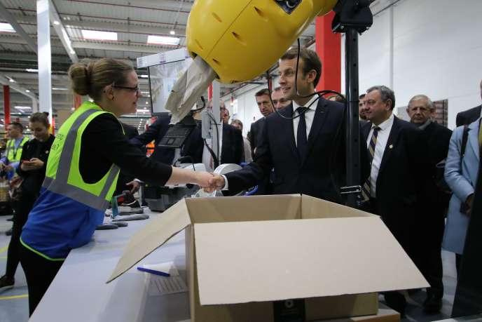 Emmanuel Macron inaugure et visite le site Amazon de Boves-Amiens (Somme), en octobre 2017.