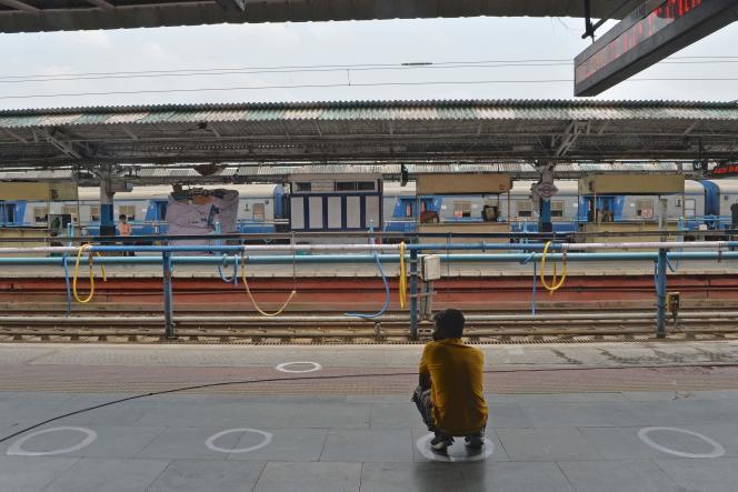 Sur un quai de la gare deNew Jalpaiguri, dans les faubourgs de Siliguri, un voyageur attend, assis dans une marque circulaire permettant de respecter la distanciation physique, le 13 mai.