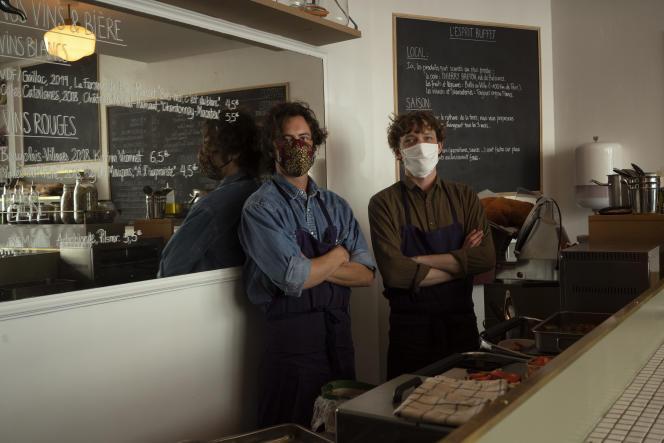 Les gérants du bistrot « Buffet Sandwich», dans le quartier de Montmartre à Paris, le 13 mai.