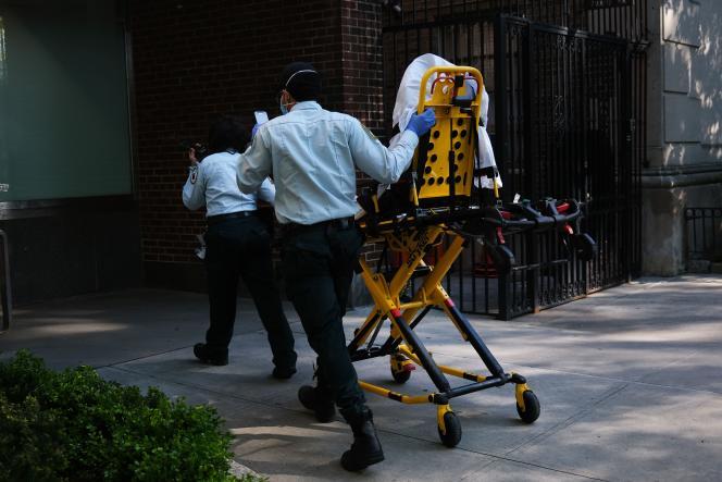Devant un hôpital de Manhattan, le 12 mai àNew York.