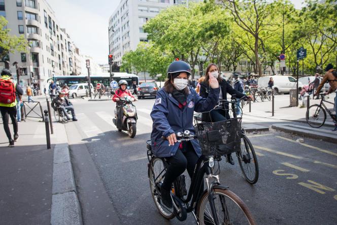 Anne Hidalgo, maire de Paris, après une visite du marché de Belleville, le 12 mai.