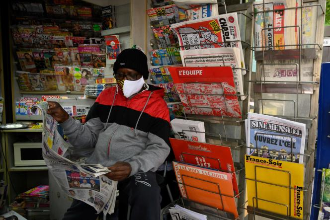 Un kiosquier lit « La Provence», à Marseille, pendant la grève du distributeur Presstalis, le 13 mai 2020.