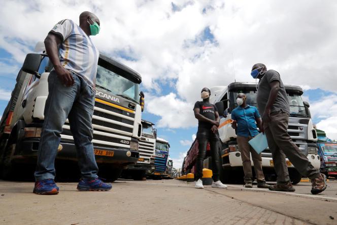 Des chauffeurs routiers attendent les résultats de leurs tests de dépistage du coronavirus à Namanga, à la frontière entre le Kenya et la Tanzanie, le 12mai 2020.