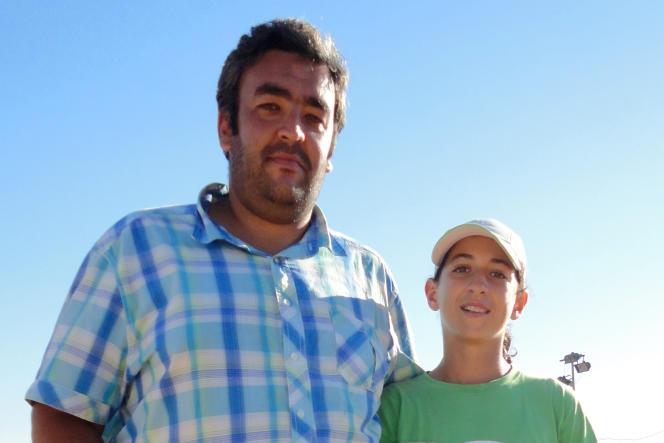 Ines Ibbou, à 14 ans, en 2013, en compagnie de son coach de l'époque, Midoun Zine-el-Abidine.