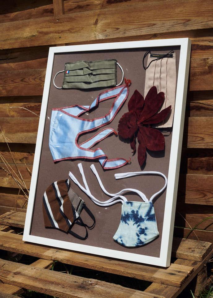 De gauche à droite et de haut en bas, masque homologué 3 couches en polyester et coton, Masques Direct. Masque en lin et coton orné d'une fleur en veau velours, Natan. Masque fantaisie Iconic, en maille stretch, XULY.Bët. Masque en coton, Antomn par Michèle Meunier Chatenet. Masque en coton tie and dye recyclé, Mirco Gaspari.