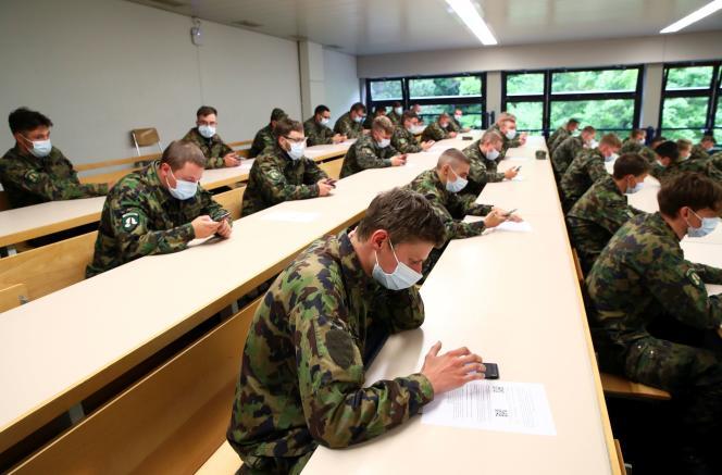 Des soldats suisses installent une application de traçage développée par l'Ecole polytechnique fédérale de Lausanne, à Chamblon, le 30 avril.