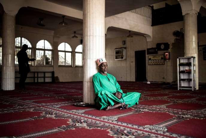 Dans la salle de prière de la mosquée Bambeto, à Conakry, en février 2020.