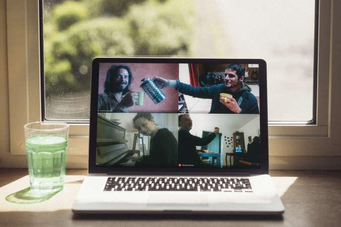 En mai, apéro virtuel avec les Goguettes : Valentin Vander (en haut à gauche), Aurélien Merle (en haut à droite), Clémence Monnier et Stan.