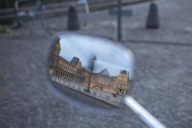 Devant le Louvre désert le 2 mai à Paris.