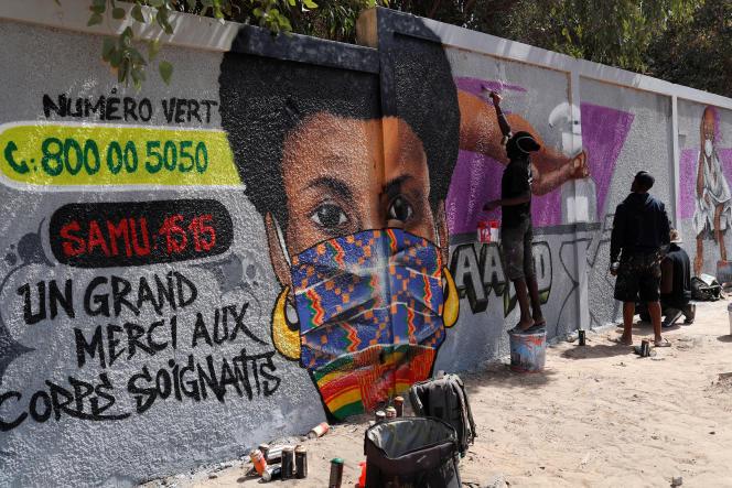 Une peinture murale réalisée par les graffeurs du collectif RBS Crew, à Dakar, le 25 mars 2020.