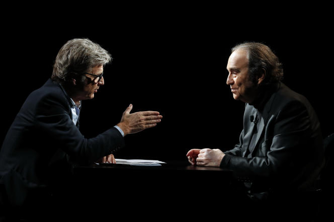 Le journaliste Guy Lagache et le fondateur du groupe Iliad, Xavier Niel, lors d'un des deux «Grands Entretiens» diffusés sur LCP, dimanche 17 mai.