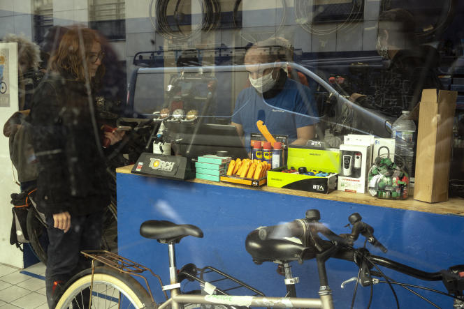 Laura, une Allemande vivant à Paris, vient faire réparer son vélo chez Repair and Run, un magasin du 11eme arrondissement, le 14 mai.