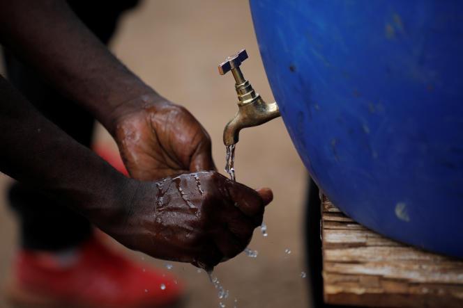 Un homme se lave les mains dans le bidonville de Kibera, à Nairobi, au Kenya, le 18mars 2020.