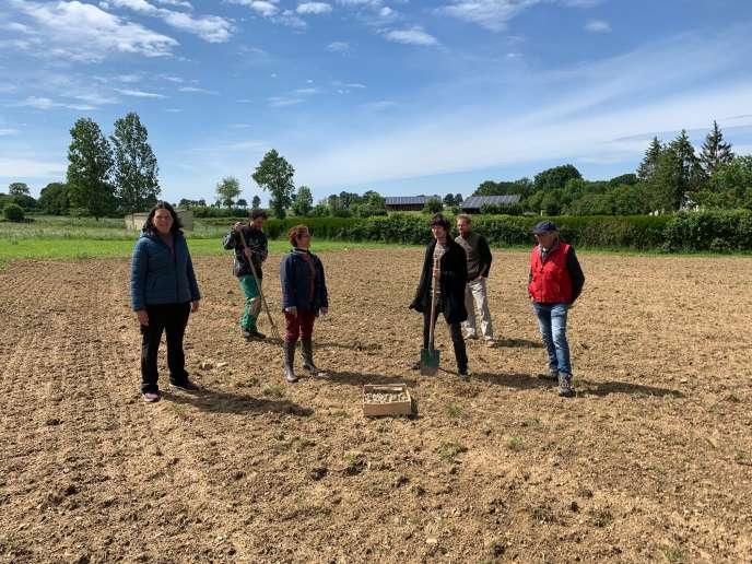 Une partie du collectif« Le bocage a la patate», sur une parcelle de terre, dédiée à la culture de pommes de terre, à Combrand (Deux-Sèvres), en mai 2020.