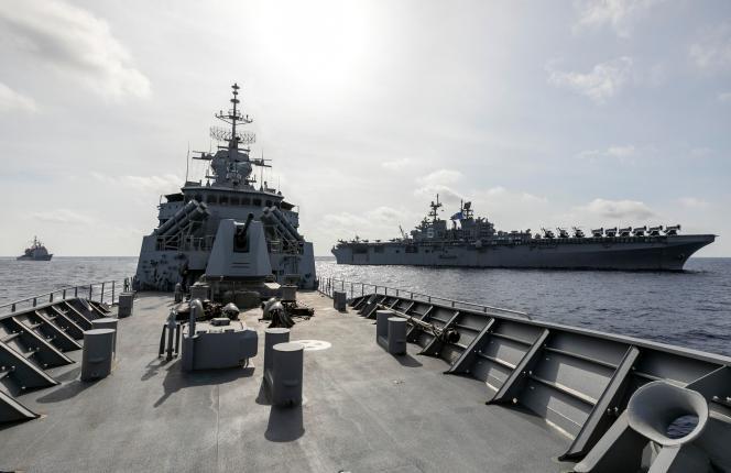 La frégate de la Marine royale australienne «HMAS Parramatta» et, au loin, lenavire d'assaut amphibie «USS America» (à droite) et le croiseur lance-missiles « USS Bunker Hill » (à gauche) en manoeuvre en mer de Chine méridionale, le 18 avril.