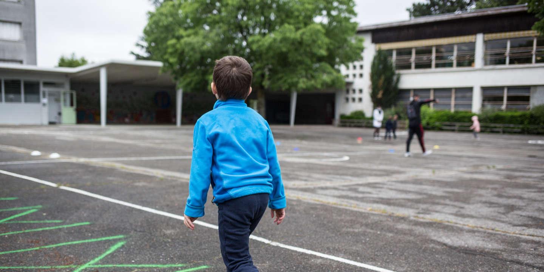 Activité avec un animateur sportif pendant la récréation. Rentrée des classes à l'école Paul Langevin de Saint-Martin-d'Hères (Isère), dans l'agglomération grenobloise le 12-05-20.