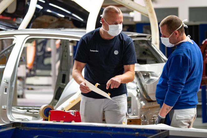 Des employés de l'usine Volkswagen de Wolfsburg, le 27 avril.