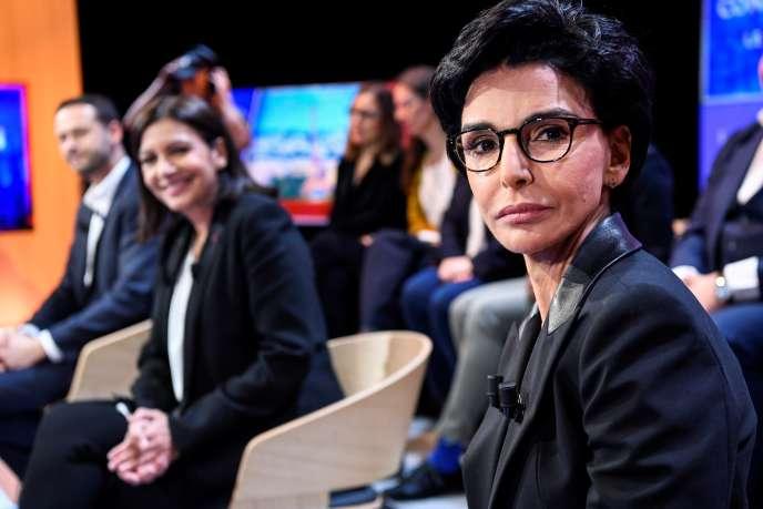 Rachida Dati (à droite) et Anne Hidalgo, avant un débat télévisé entre candidats à l'élection au poste de maire de Paris, dans les studios de la chaîne LCI, à Boulogne-Billancourt, le 4 mars.