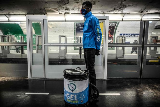 Un employé de la RATP rentre chez lui après avoir distribue du gel hydroalcoolique dans le métro, station Saint-Lazare à Paris, le 14 mai.