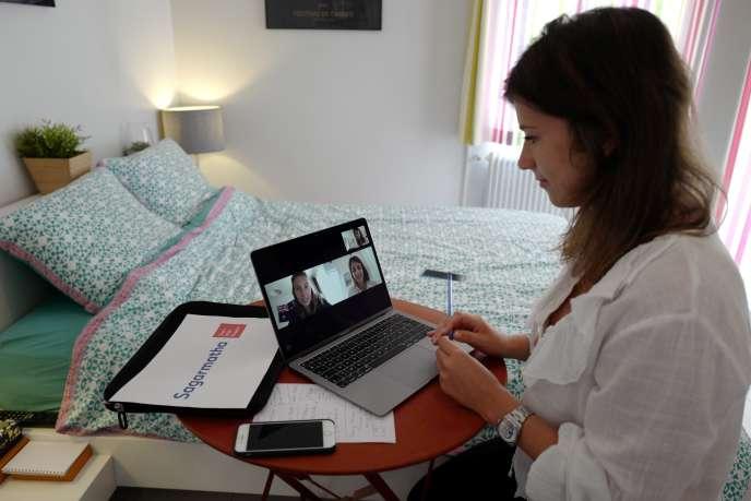 Une salariée en visioconférence depuis son domicile, à Nice, le 15 mai.