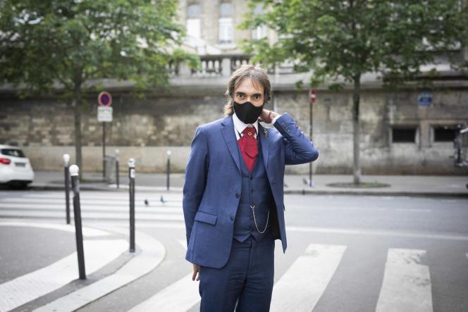 Cédric Villani, sur le chemin de son bureau pour la première fois depuis l'annonce du confinement, à Paris, le 12 mai.