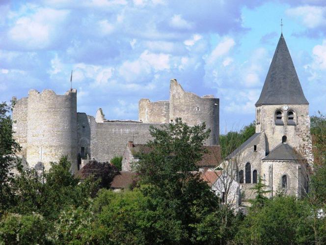 Yèvre-le-Châtel et sa forteresse.