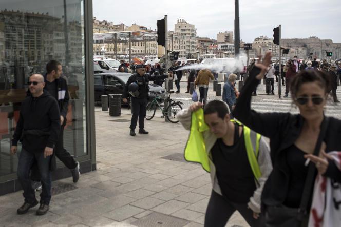 Un policier disperse des « gilets jaunes» qui s'étaient rassemblés samedi 16 mai sur le vieux-port à Marseille.