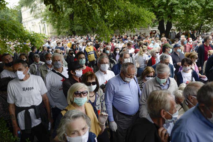 Manifestation antinazi devant la cathédrale de Sarajevo, où était organisée, le 16 mai, une messe à la mémoire des soldats du régime oustachi.