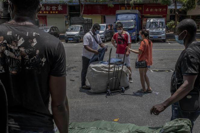Des Nigérians préparent, avec l'aide de Chinois, un chargement de plusieurs milliers de jeans à destination du Nigéria, le 15 mai à Canton.