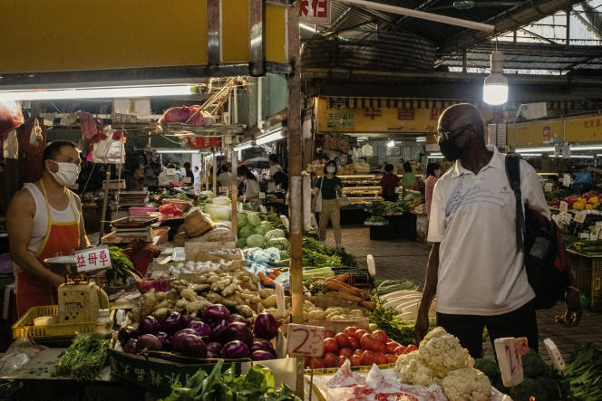 Yomi Ricketts, un Nigérian de 60 ans, résident en Chine depuis 1992, dans un marché de Canton d'où il avait été exclu quelques semaines plus tôt,le 14 mai.