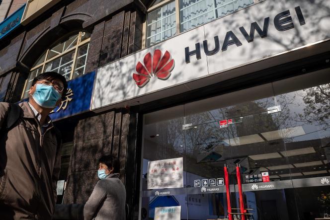 Devant une boutique Huawei, le 22 avril, à Pékin.