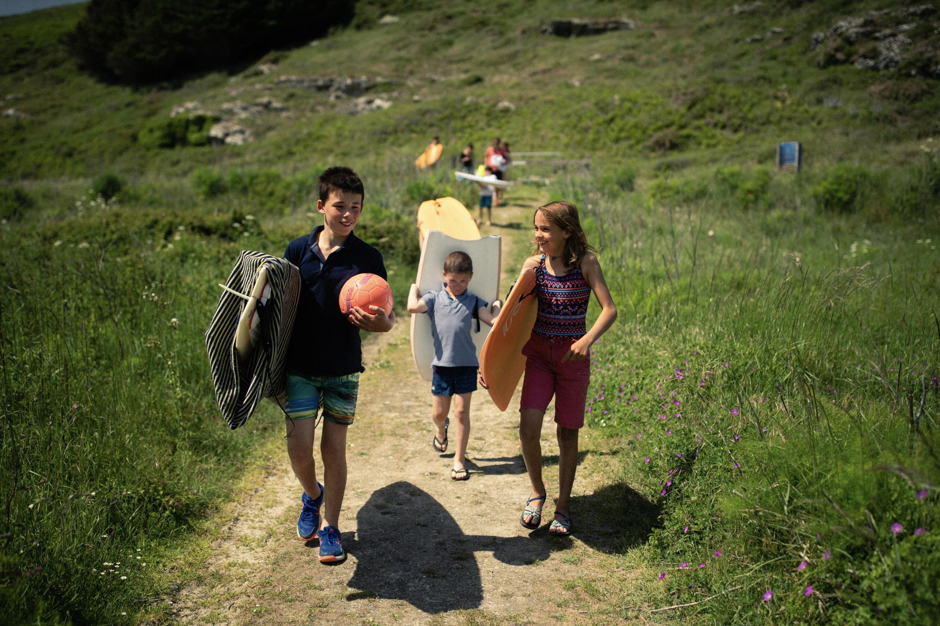 Les enfants de Camille et une de leur amie en direction de la plage.