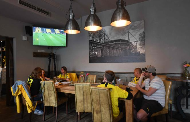 Dans un bar àDortmund, pour suivre la reprise du championnat de football allemand, le 16 mai.