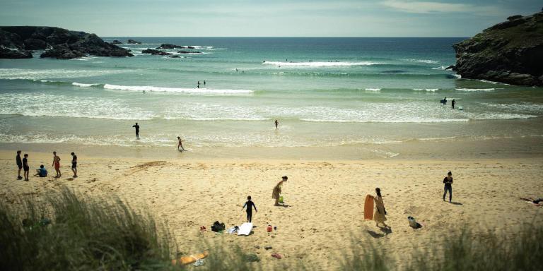 Plage de Donnant, le 16 mai 2020, 16h la plage se remplit, une vingtaine de surfeurs sont à l'eau