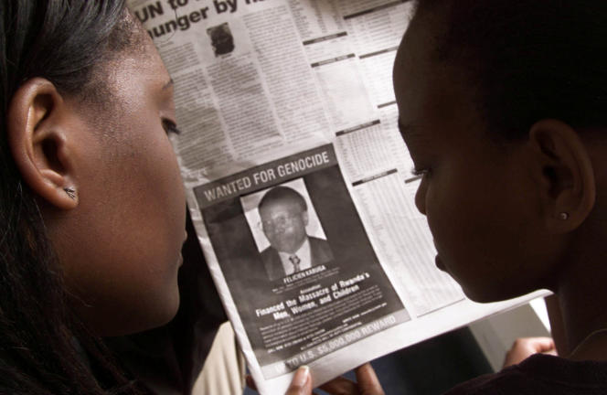 Un avis de recherche ciblantFélicien Kabuga, publié par les autorités américaines dans un journal kényan, à Nairobi, en 2002.