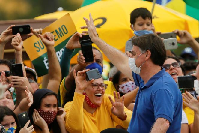 Le président brésilien Jair Bolsonaro salue ses supporteurs à Brasilia, le 17 mai.